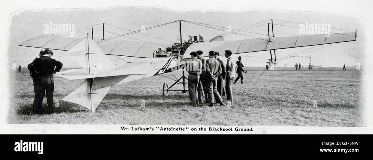 Hubert Latham's 'monoplan Antoinette' à Blackpool, Angleterre. En prenant part à la première réunion de l'aviation officiellement reconnus qui se tiendra en Grande-Bretagne, la semaine de vol Blackpool, qui a eu lieu en octobre 1909. Latham a décollé et couverts 8 milles en 11 Banque D'Images