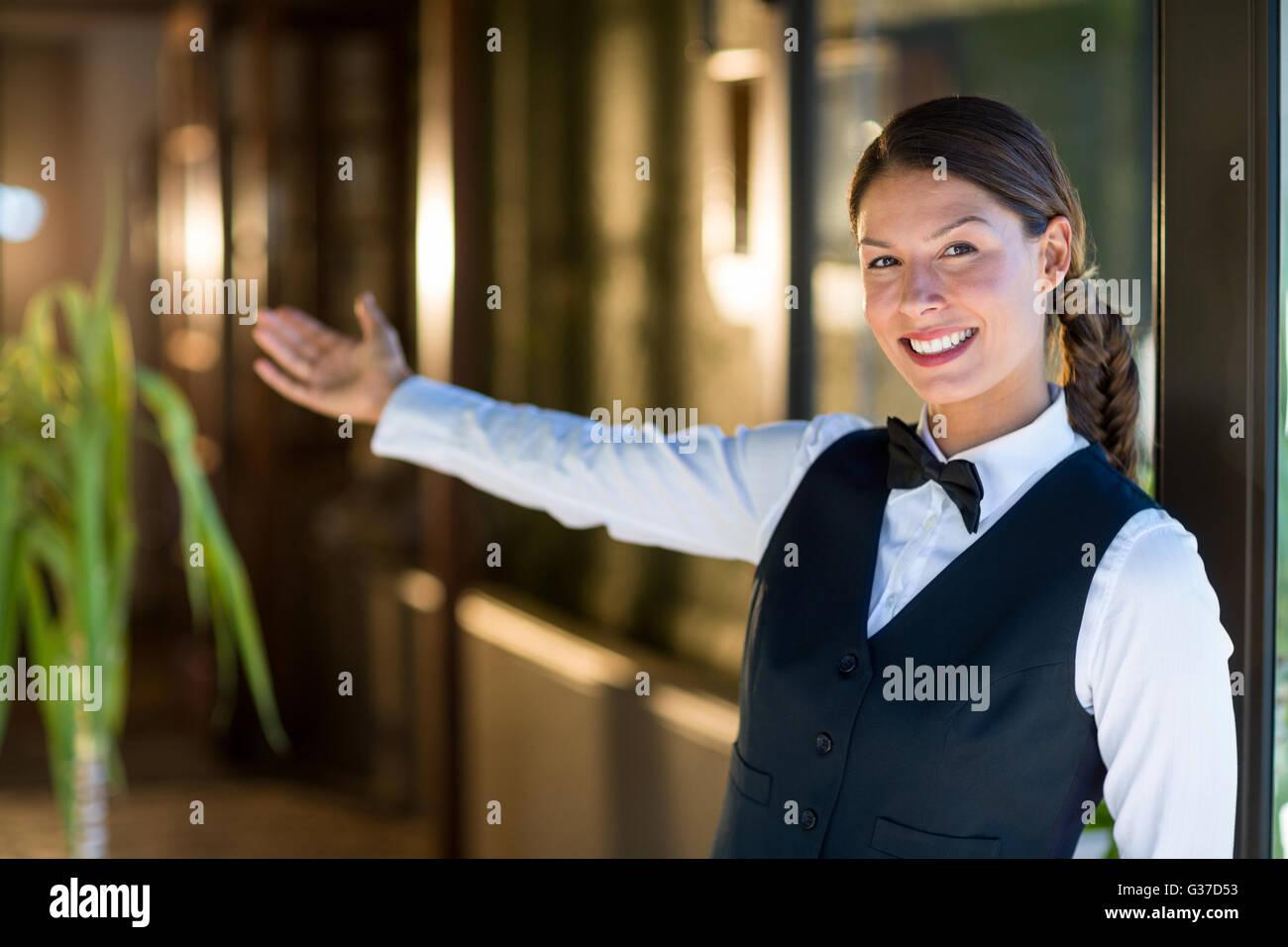 Portrait of smiling waitress accueillant Photo Stock