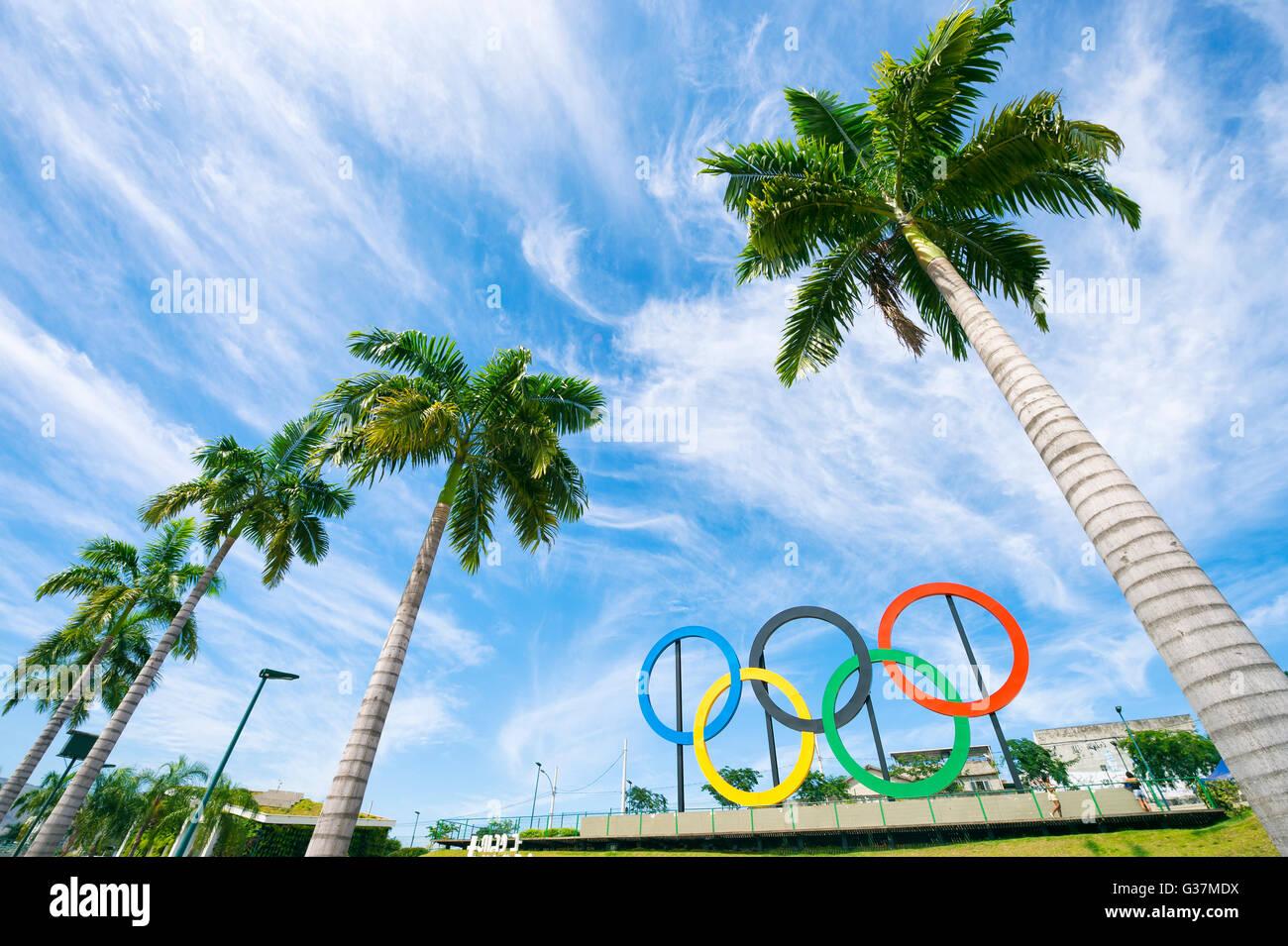 RIO DE JANEIRO - le 18 mars 2016: anneaux olympiques se tiennent près de grands palmiers dans le parc Photo Stock