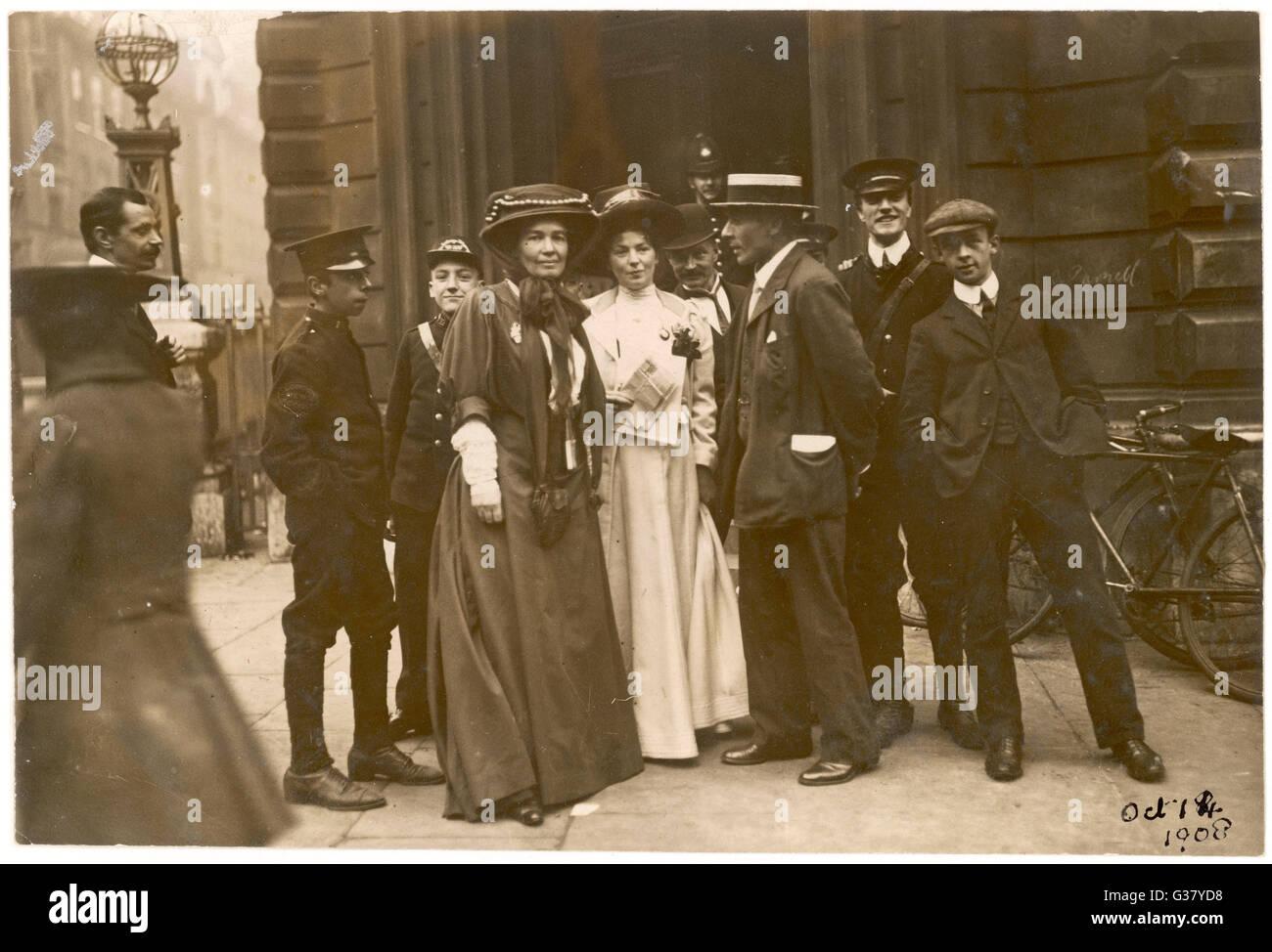 Sylvain Pankhurst et les Pethick-Lawrences en dehors du tribunal de première instance de Bow Street pendant 'rush' Procès. Date: 14 Octobre 1908 Banque D'Images