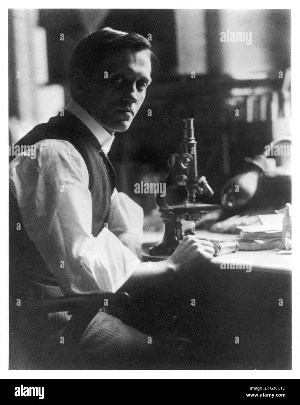 SIR Alexander Fleming - bactériologiste écossais à son bureau avec son microscope. Date : 1881 Photo Stock
