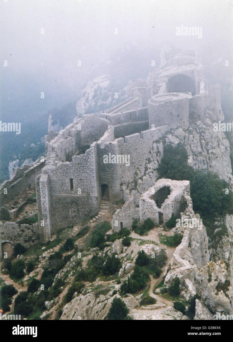 Peyrepertuse, Languedoc, sur un jour brumeux Date: 1989 Photo Stock