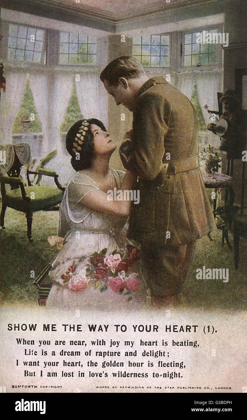 Un soldat regarde vers le bas avec amour à son amour. Date: vers 1914 Photo Stock