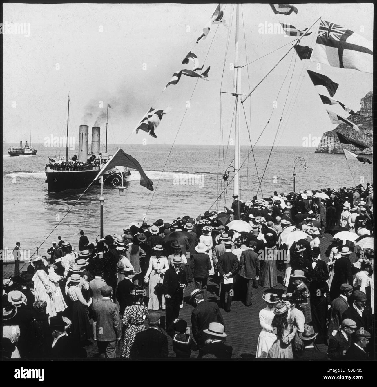 """Une clameur des foules d'obtenir un bon aperçu de 'St. Elvies"""" un bateau à aubes du Liverpool Photo Stock"""