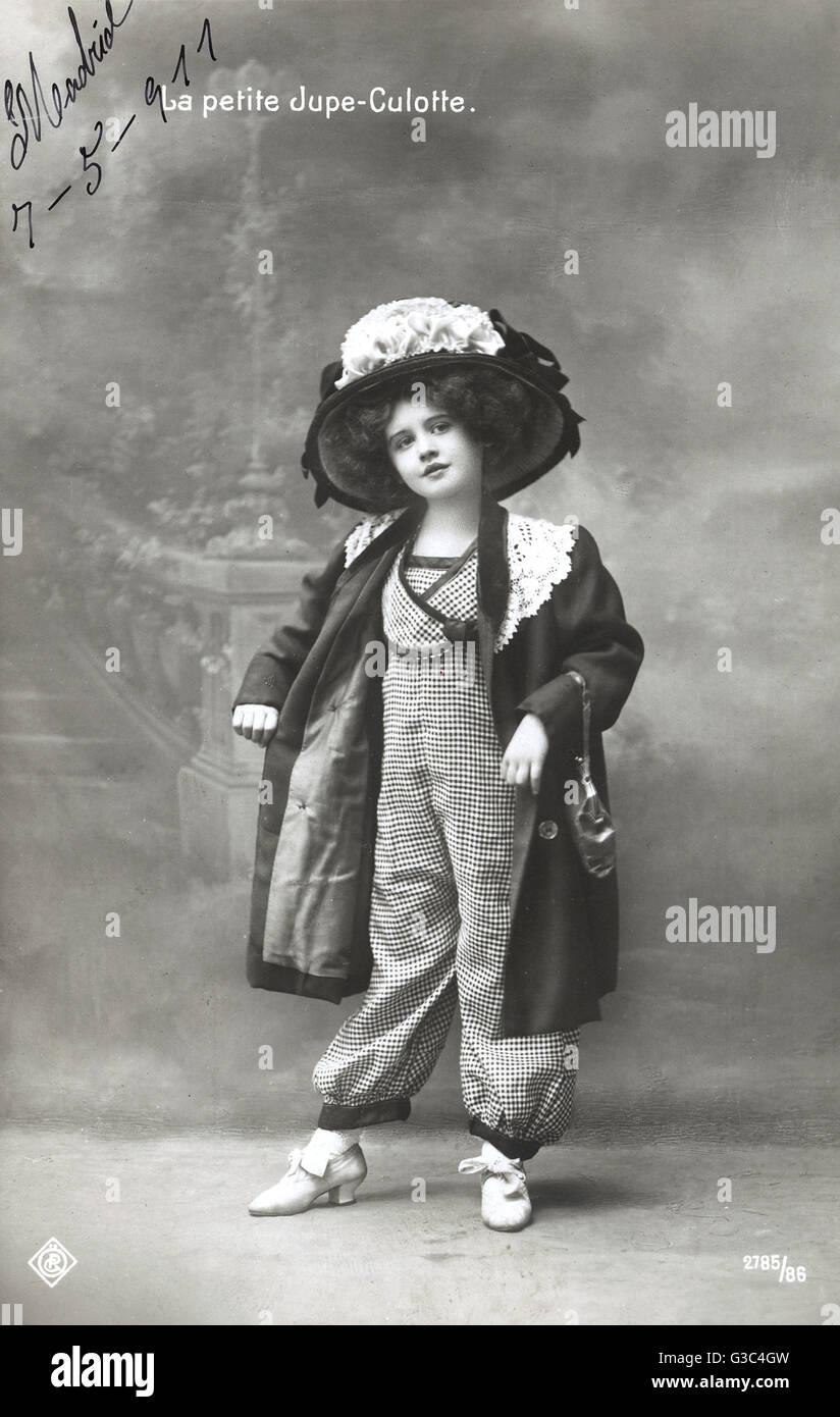 87d93566e3e8 Une jeune fille française portant des Jupe-Culotte -  culottes  - pantalon  volumineux avec l apparence d une longue jupe