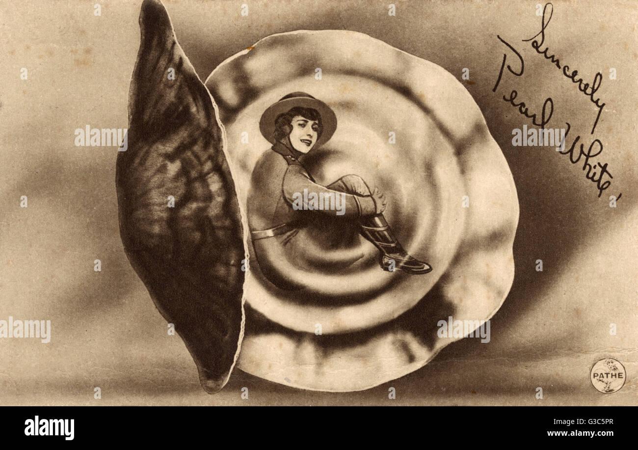 """Pearl Fay White (18891938) - actrice américaine, la """"Reine"""" des cascadeurs films muets, notamment dans 'les périls de Pauline"""" (1914). Ici, elle est habillée en uniforme de la WW1 et pose à l'intérieur d'une coquille pearl! Date: vers 1917 Banque D'Images"""