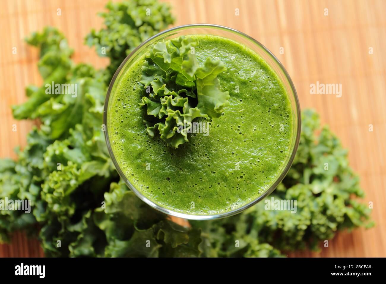 Smoothie vert frais et sains avec des feuilles de chou. Vue d'angle sur un verre Photo Stock
