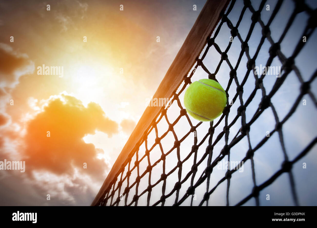 Balle de tennis sur un court de tennis Photo Stock