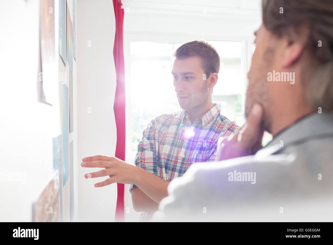 D'affaires créatifs au bureau du conseil de réflexion Photo Stock