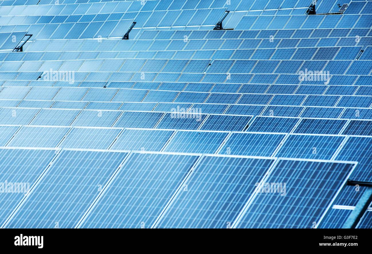 Les panneaux solaires photovoltaïques dans un gros plan sur l'arrière-plan plein cadre pour la conversion Photo Stock