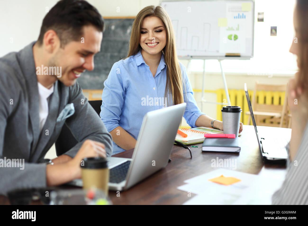 Partenaires d'affaires des débats sur les documents et d'idées à la réunion Photo Stock