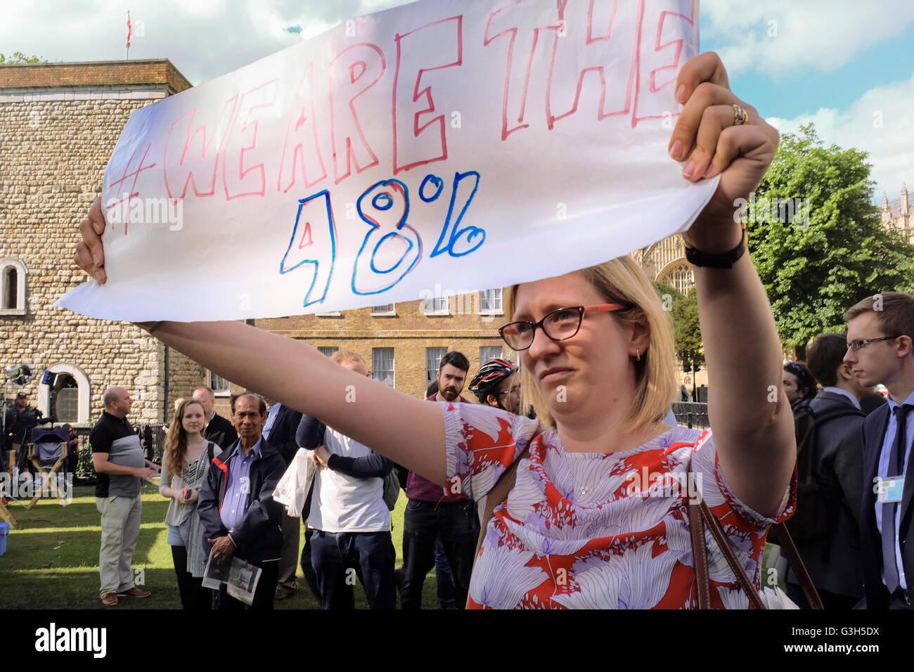 Londres, Royaume-Uni. 24 juin 2016. Pro rester partisan est titulaire signe montrant pourcentage des électeurs Photo Stock