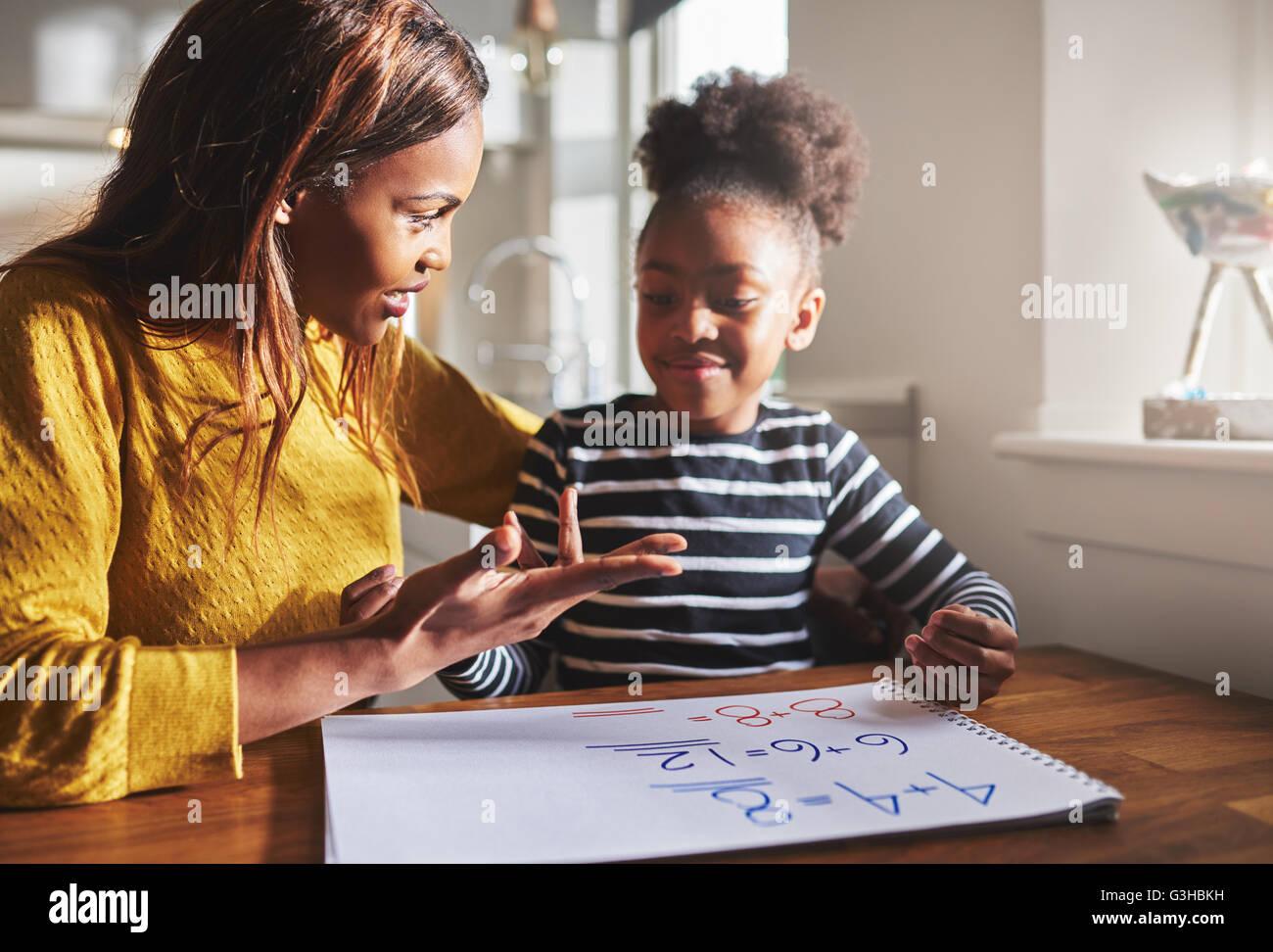 Mère Fille d'apprentissage pour le calcul de se préparer pour l'école, famille black Photo Stock