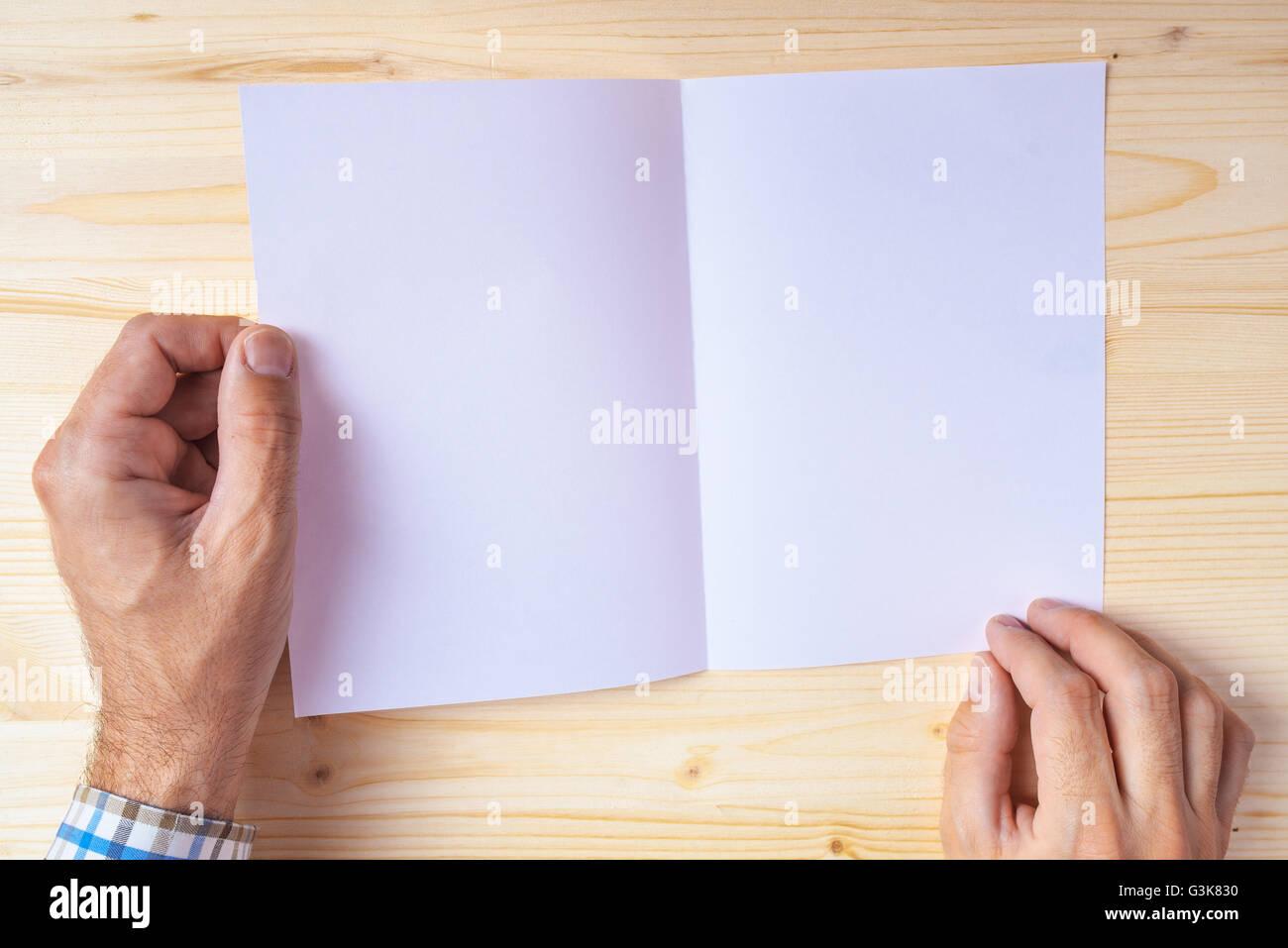 Man holding blank brochure comme copie la maquette de l'espace pour la conception graphique ou de positionnement Photo Stock