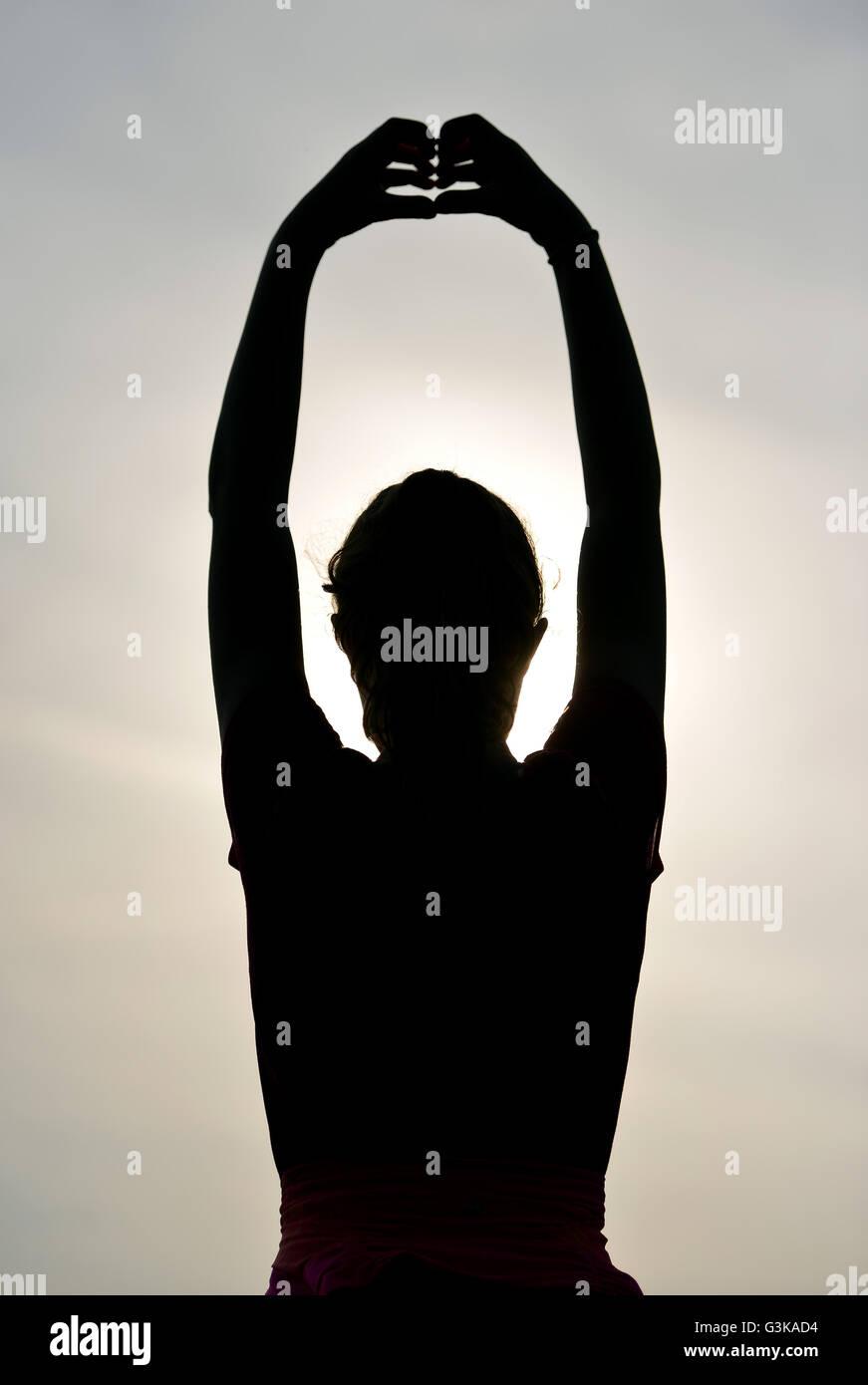 Silhouette de jeune fille de l'exercice à l'extérieur Photo Stock