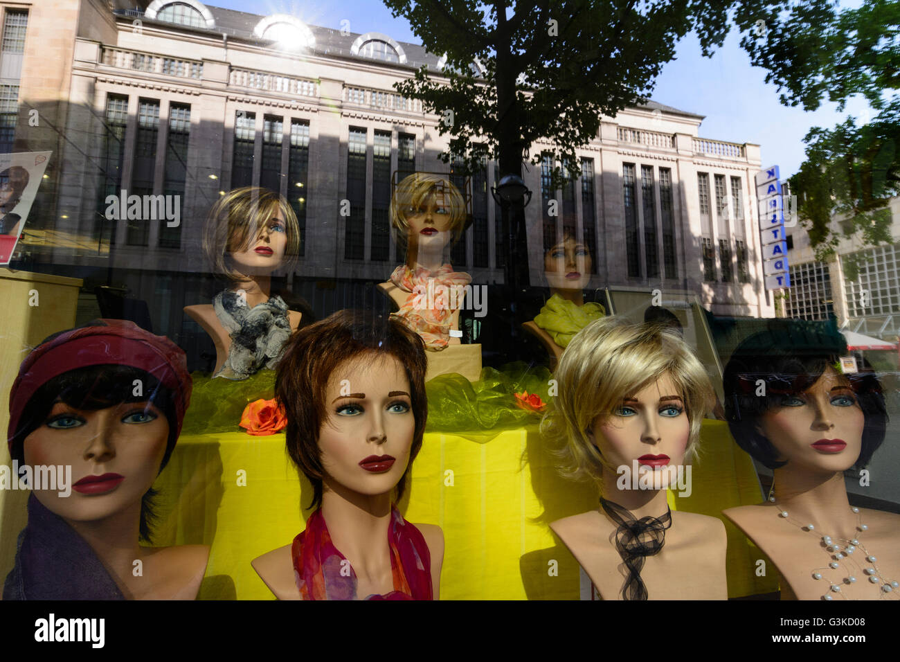 Perruques pour les femmes dans une vitrine, l'Allemagne, Baden-Württemberg, Karlsruhe, Kraichgau-Stromberg Photo Stock