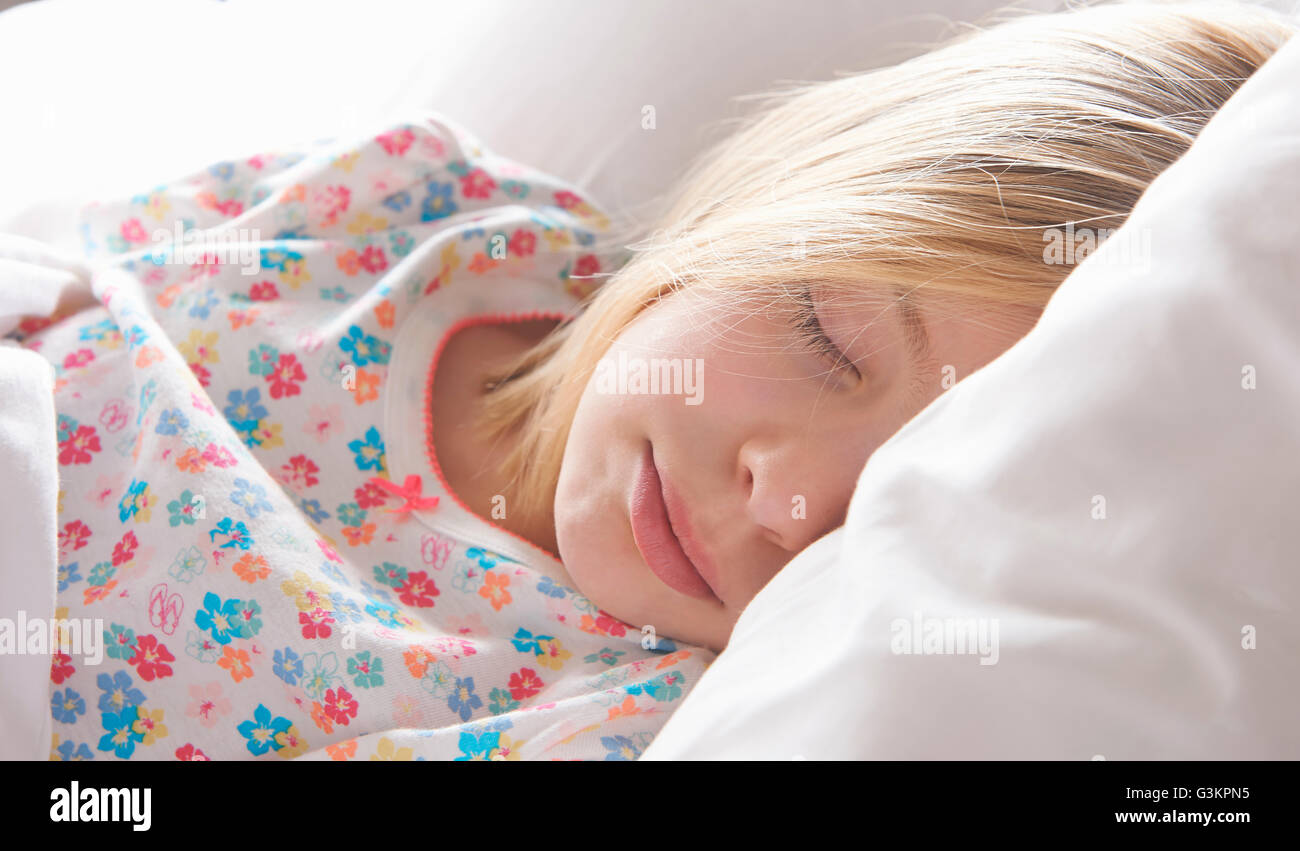 Close up of blond haired girl asleep on pillow Banque D'Images