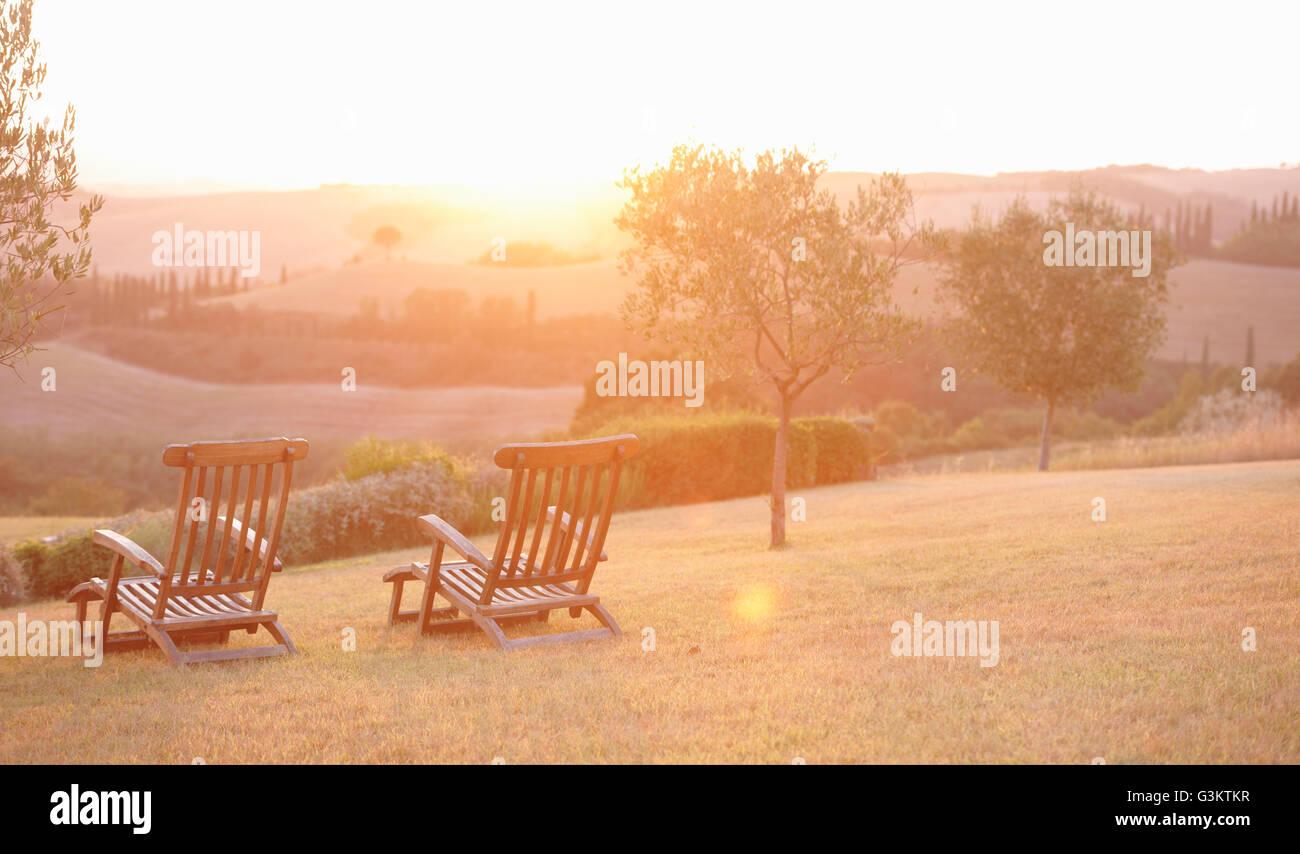 Deux chaises de jardin et le lever du soleil paysage, Toscane, Italie Banque D'Images