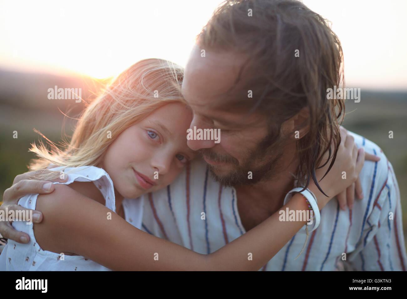 Portrait of Girl hugging père, Buonconvento, Toscane, Italie Banque D'Images