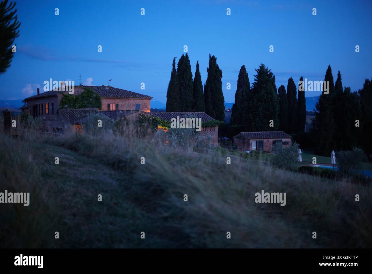 Rangée de maisons sur la colline, Castelnuovo Berardenga, Toscane, Italie Banque D'Images