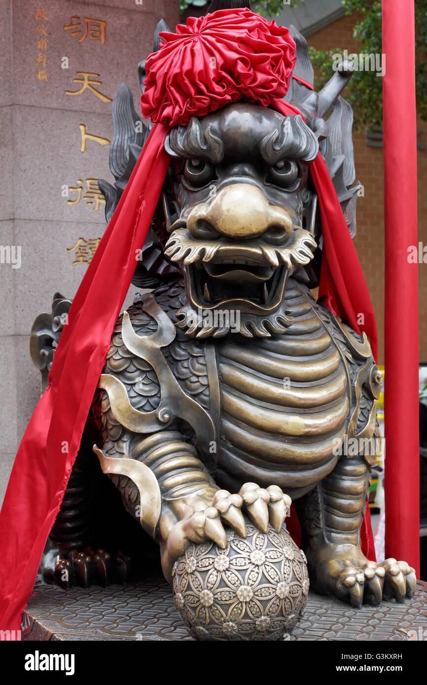 Guardian lion, décoré de ruban rouge, ou de Sik Sik Yuen Wong Tai Sin Temple, taoïstes, Kowloon, Photo Stock