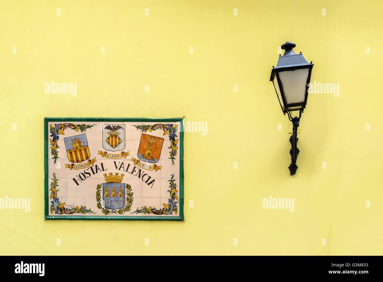 Affiche murale traditionnelle cubaine et de la lanterne à l'extérieur de l'hôtel Valencia, Calle de los Oficios, la vieille Havane, Cuba Banque D'Images