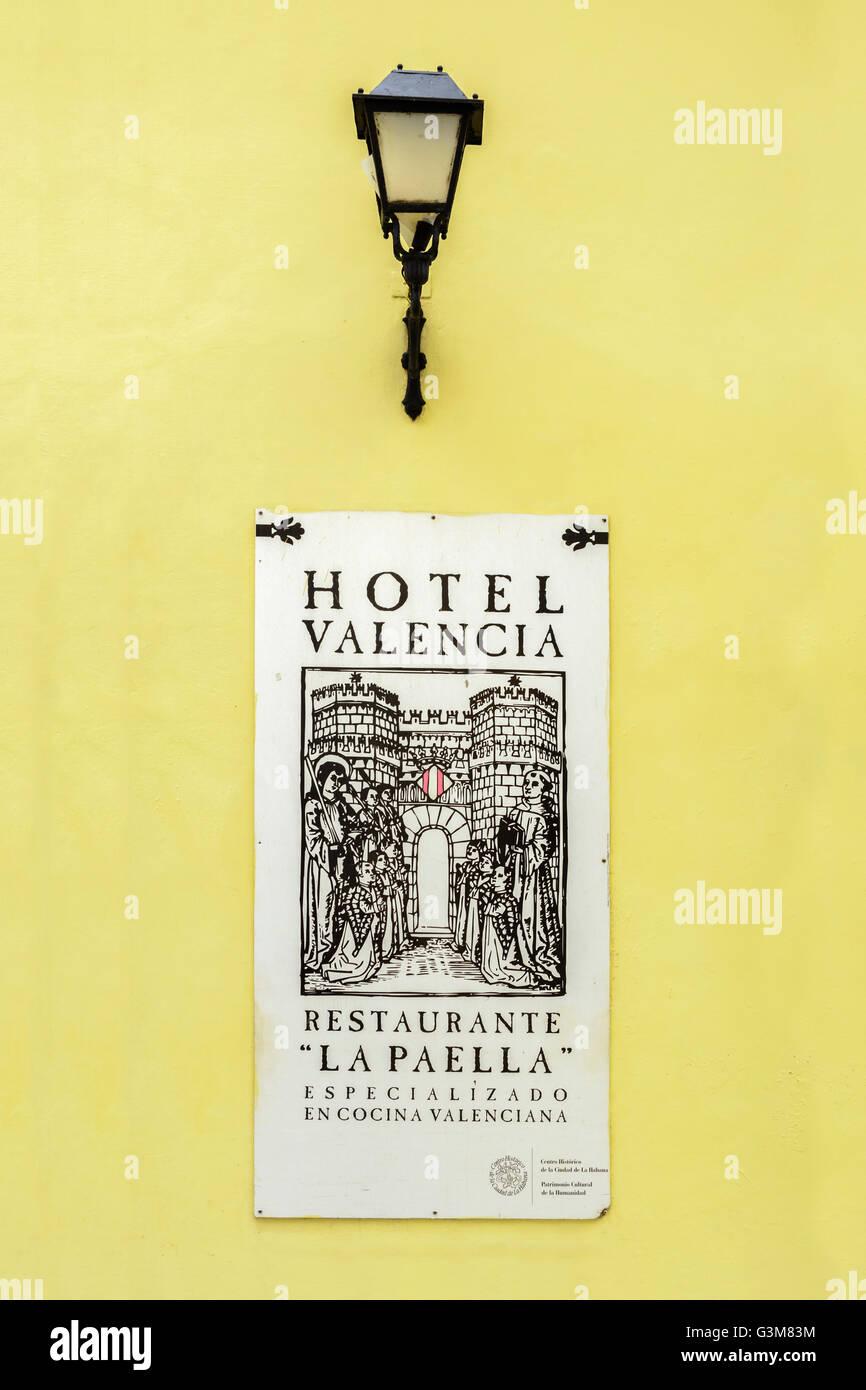Restaurant sign et de la lanterne à l'extérieur Restaurant 'La Paella', l'hôtel Valencia, Calle de los Oficios, la vieille Havane, Cuba Banque D'Images