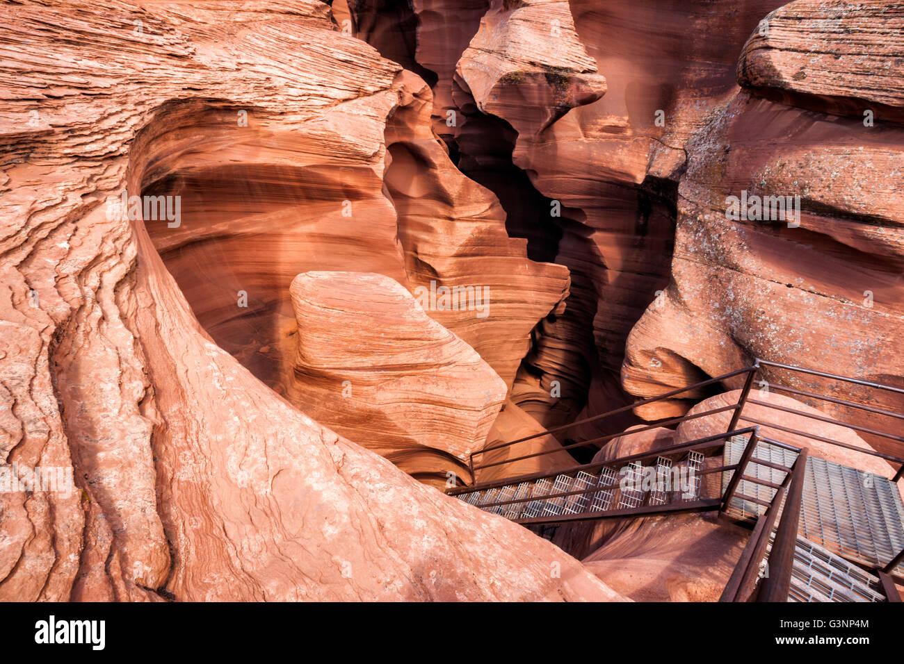 Metal escalier menant vers le bas dans des formations de roche de grès inhabituelles à l'intérieur Photo Stock