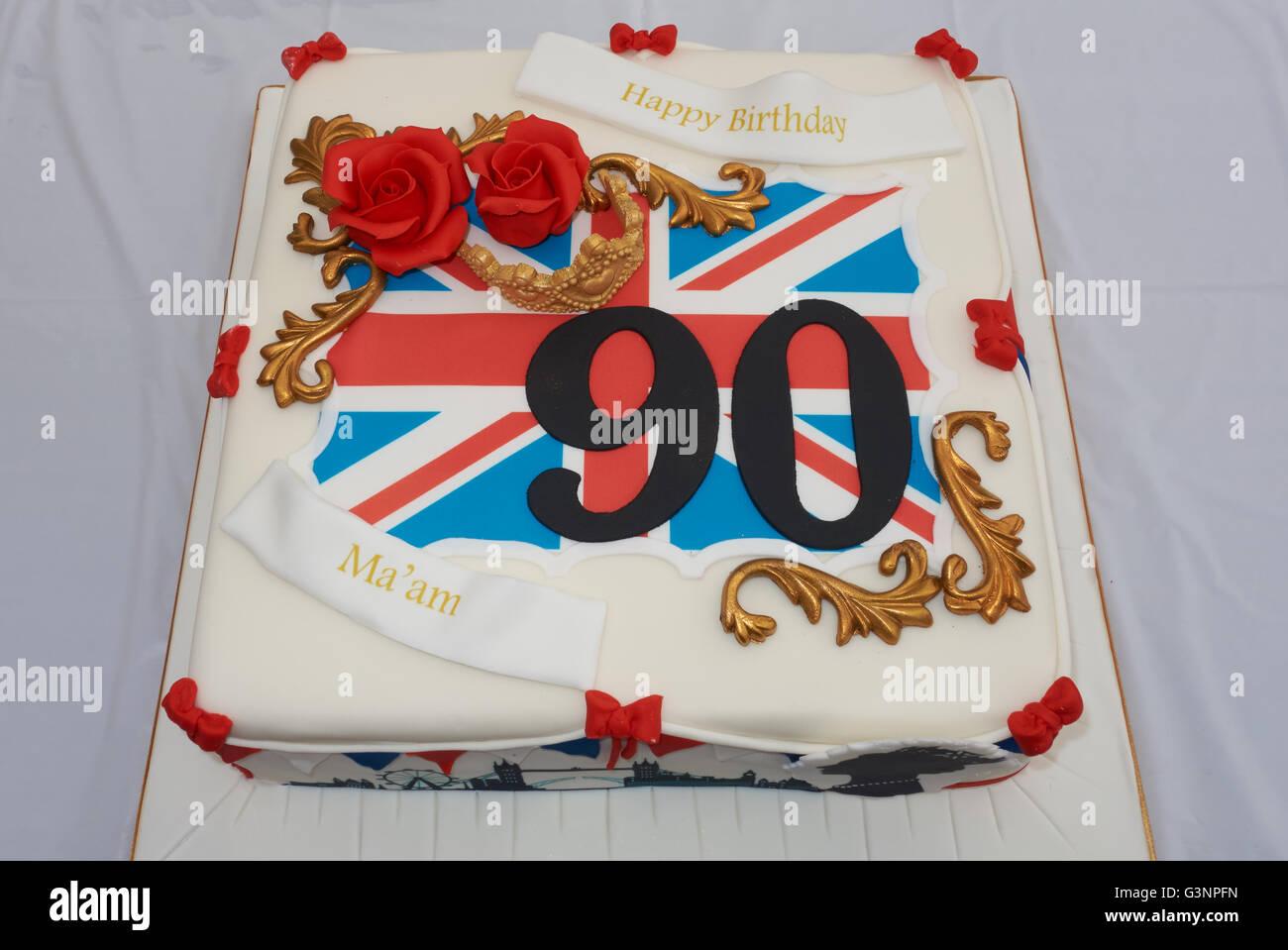 Mettre en place les décorations pour une fête dans la rue pour célébrer le  90e anniversaire