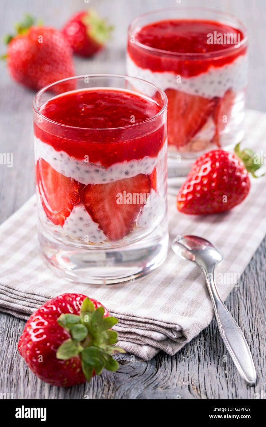 Chia pudding à la fraise avec des flocons d'avoine Photo Stock