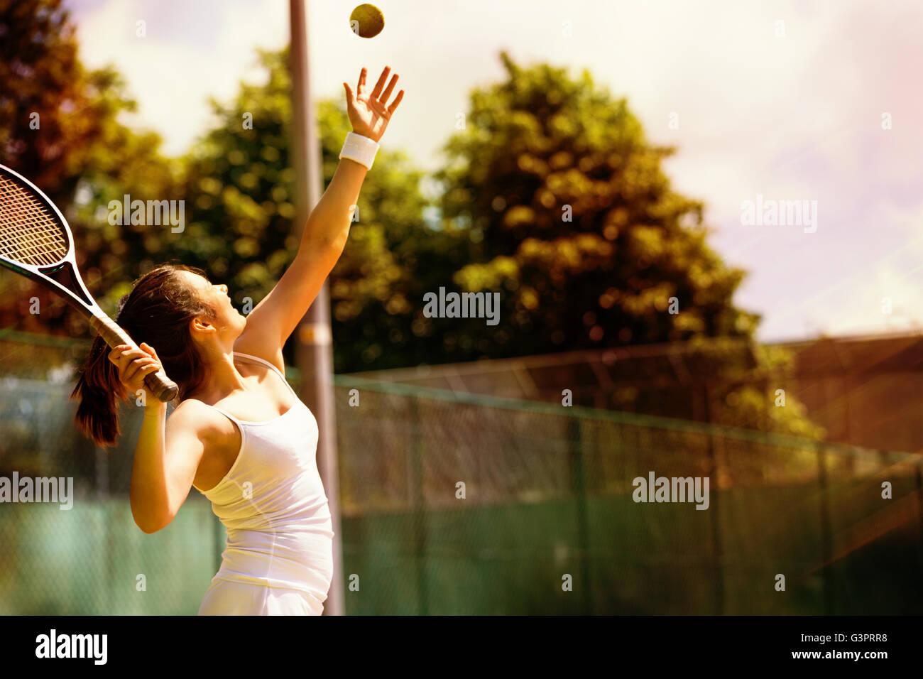 Vue arrière du joueur de tennis au service Photo Stock