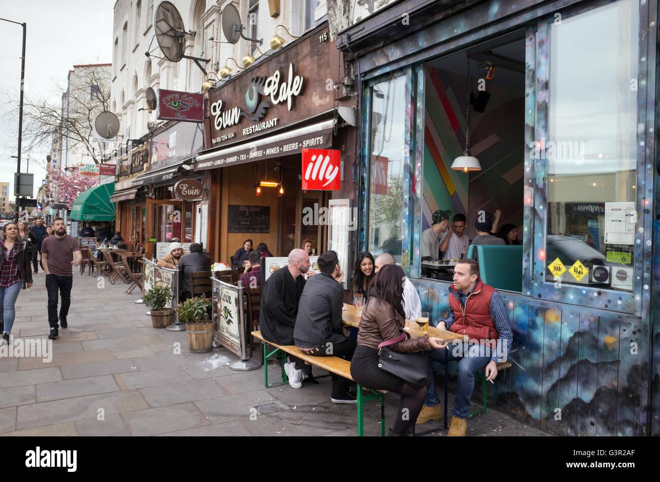 Bars branchés sur Kingsland High Street à Dalston, Hackney, Londres, Angleterre, RU Photo Stock