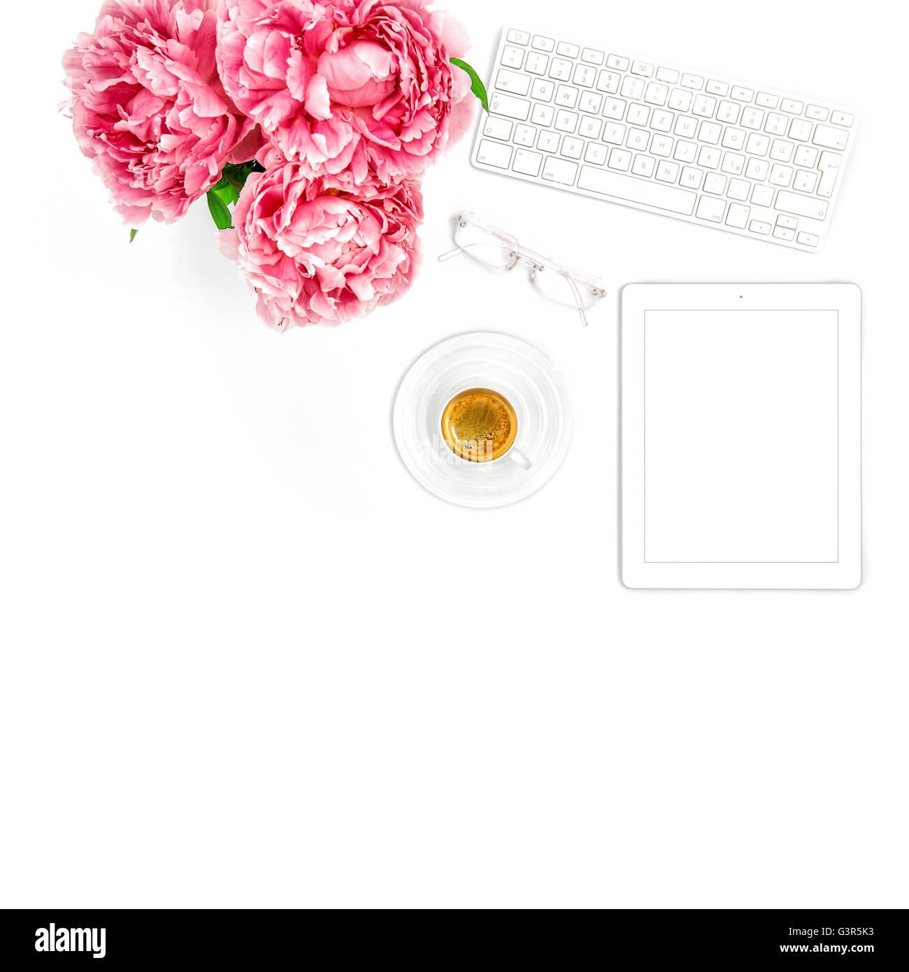 Tablet PC, Clavier, tasse de café. Bureau d'accueil des entreprises en milieu de dame. Mise à plat sur les médias sociaux blogger Banque D'Images