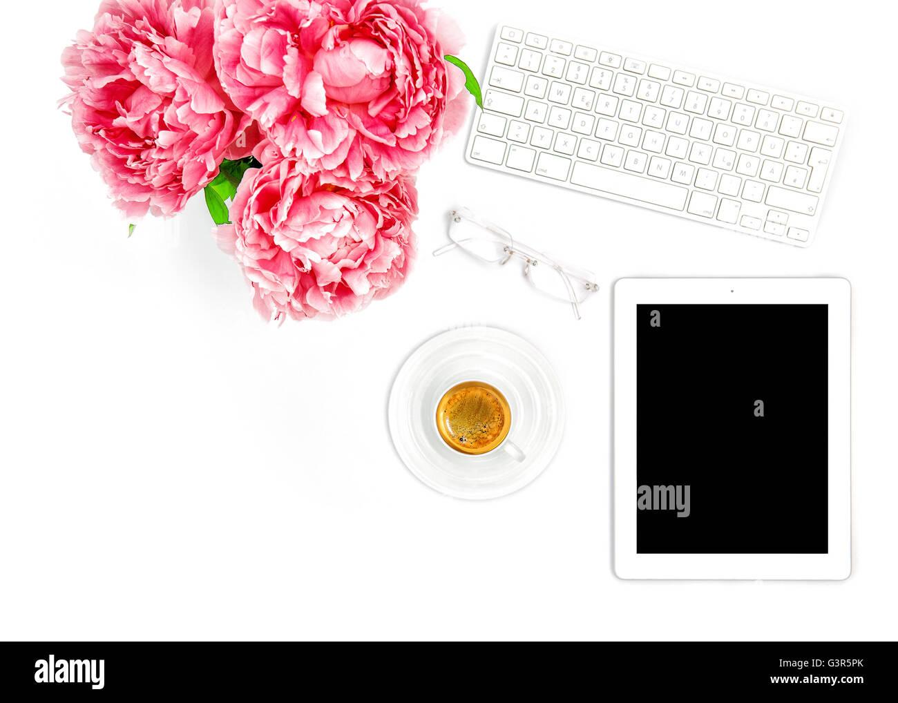 Digital Tablet PC, Clavier, tasse de café. Bureau d'accueil du milieu de femme d'affaires. Mise à plat sur les médias sociaux blogger Banque D'Images