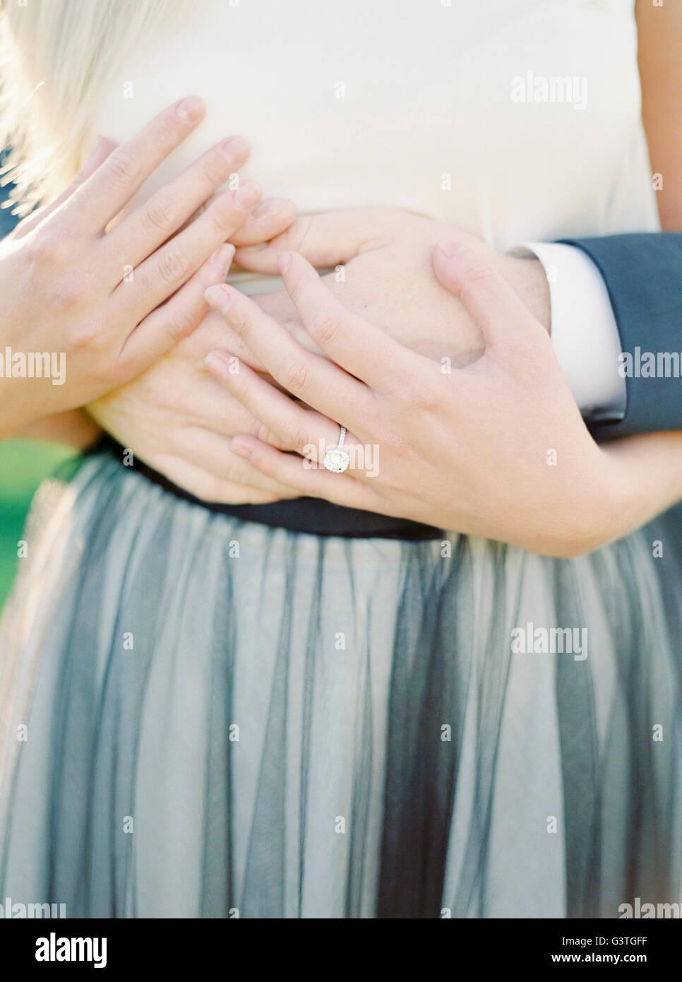 La Suède, près de mains de jeunes mariés Photo Stock