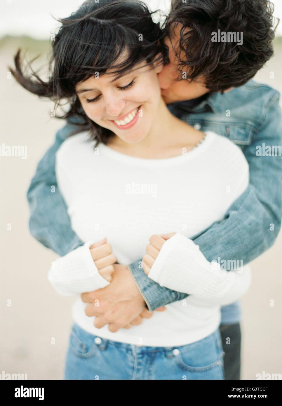 L'espagne, Valence, Man embracing et baisers petite amie Photo Stock