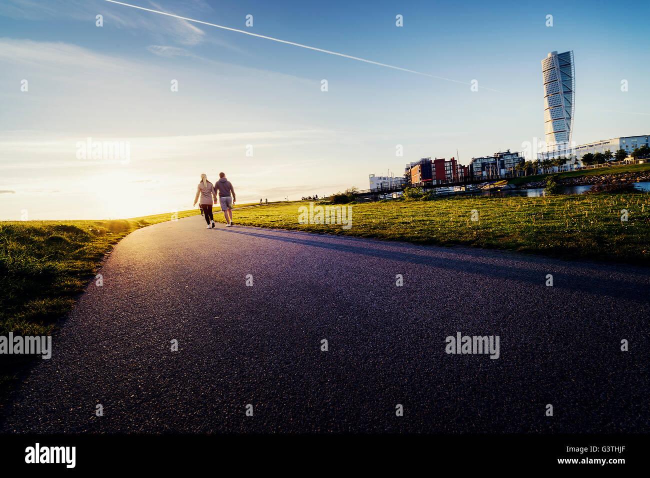 La Suède, Stockholm, Malmö, Ribersborg, Young couple holding hands Photo Stock