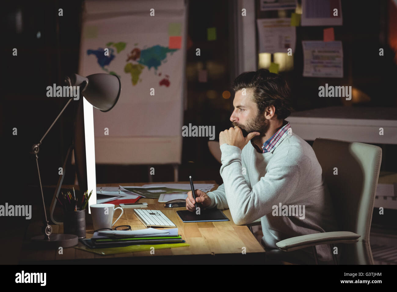 Homme concentré avant de l'ordinateur Photo Stock