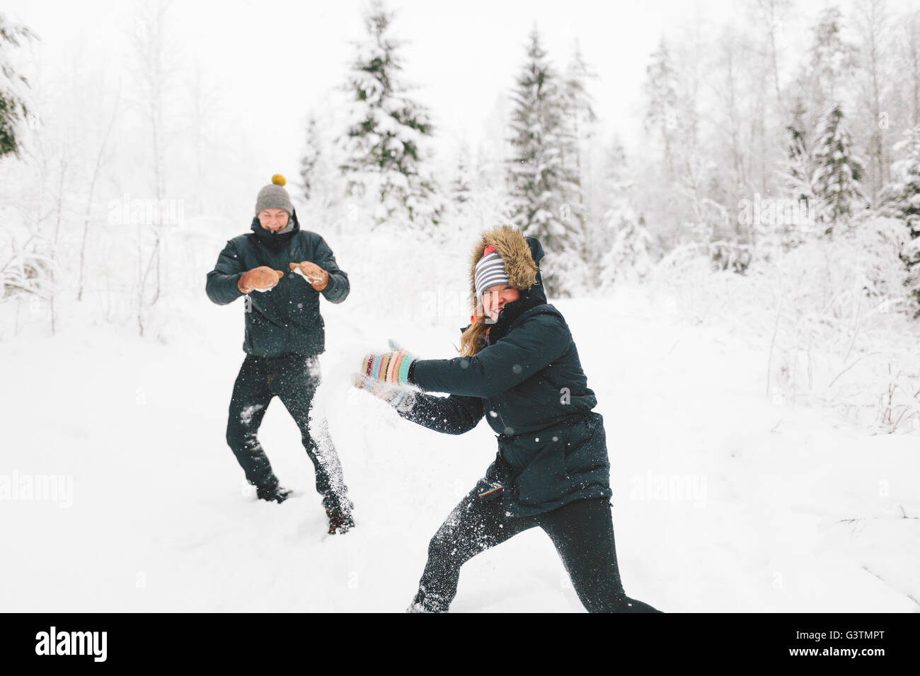La Finlande, Jyvaskyla, Saakoski, Young couple having snowball fight Banque D'Images