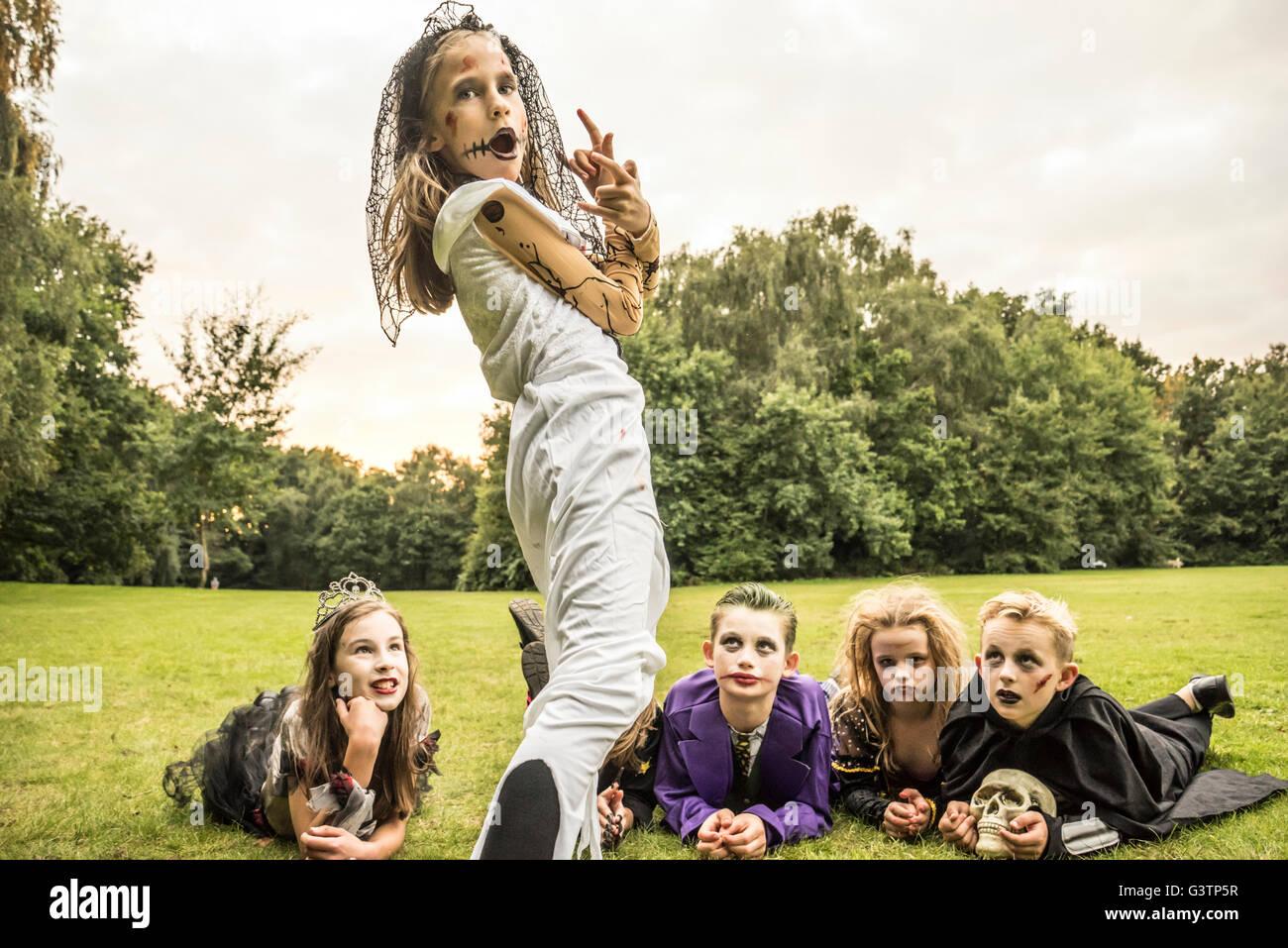 Les enfants déguisés en zombies pour l'Halloween. Banque D'Images