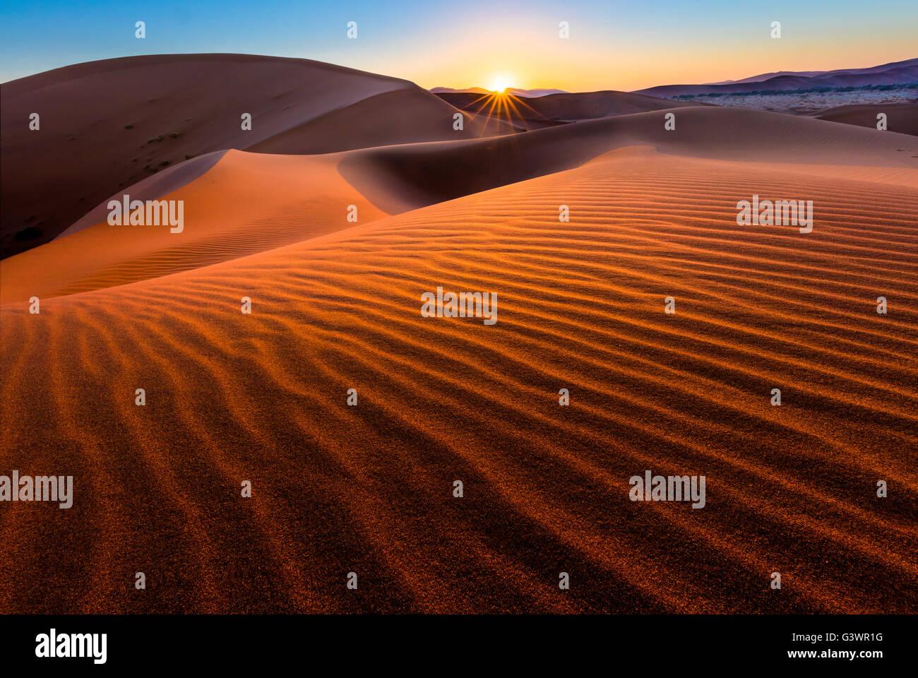 Sossusvlei est un sel et de l'argile pan entouré de hautes dunes rouges, situé au dans le parc national du Namib Banque D'Images