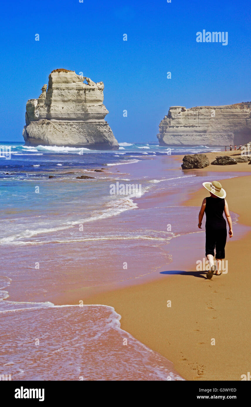 12 Apôtres Beach walker, Great Ocean Road, Victoria, Australie. Photo Stock
