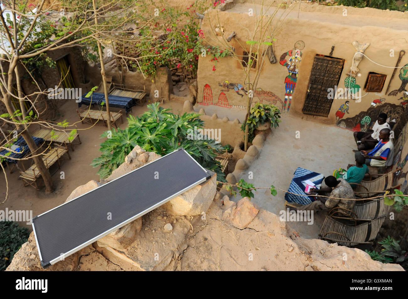 MALI, Bandiagara , hostel avec panneau solaire dans le village Dogon Banque D'Images