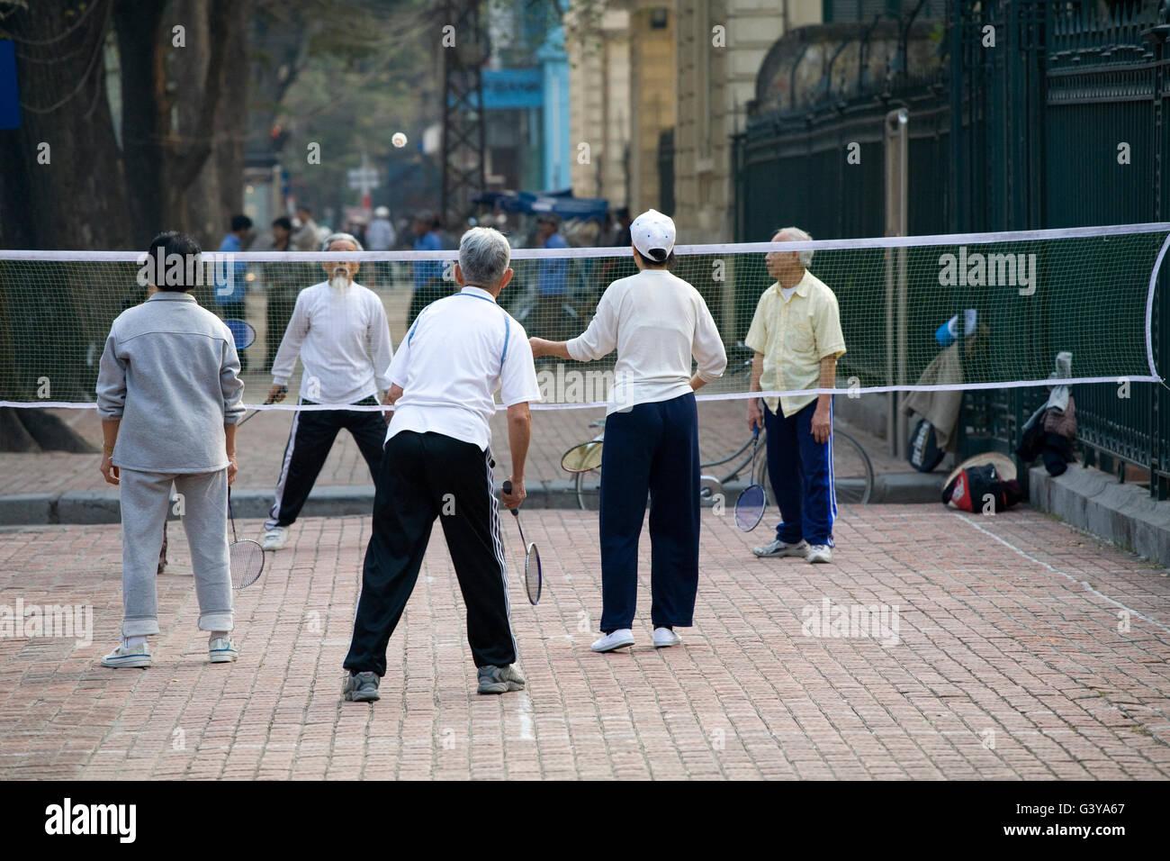Les gens à jouer au badminton sur la street, Hanoï, Vietnam, Asie du Sud, Asie Photo Stock