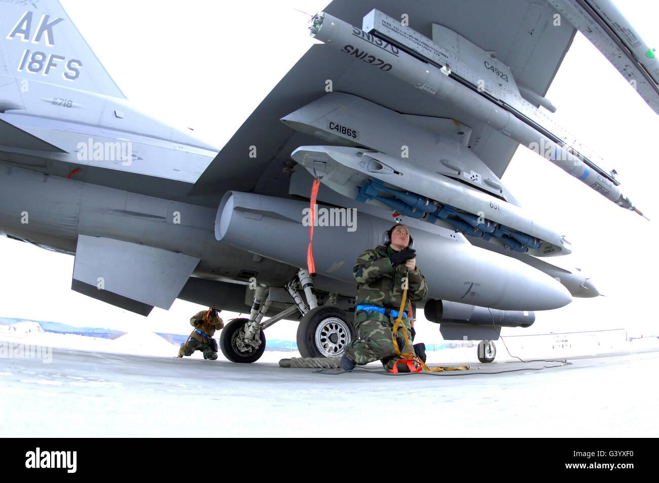 Les aviateurs de l'US Air Force une préparation F-16C Fighting Falcon. Banque D'Images