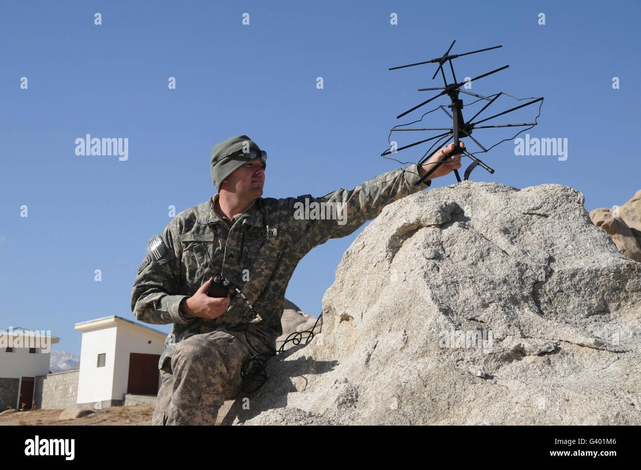 Soldat de l'armée américaine met en place un satellite tactique. Photo Stock