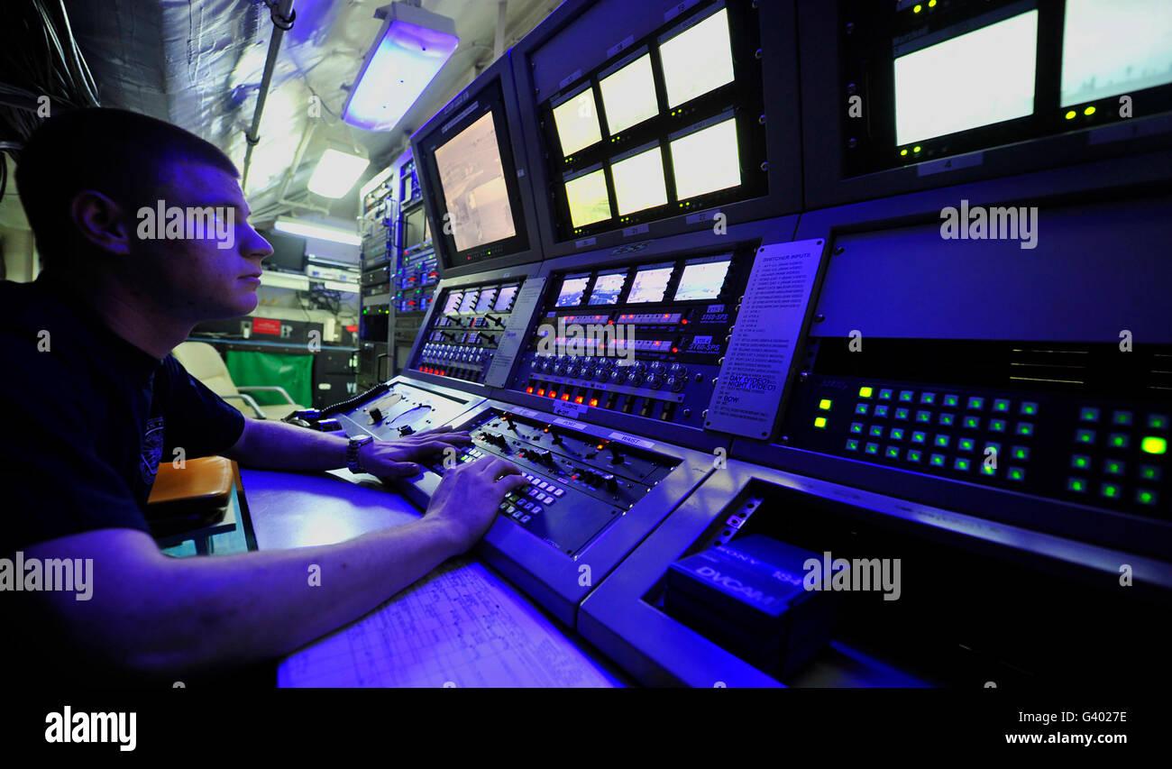 Électricien de communications internes dans la pièce de contrôle à bord de l'USS John C. Photo Stock