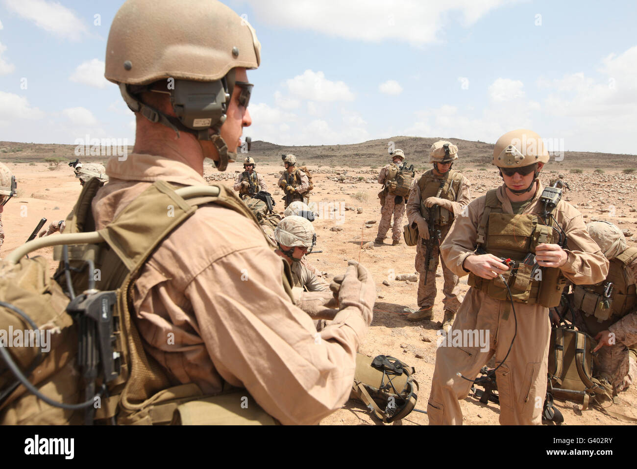 Les Marines américains monter une antenne de communication par satellite rapide sur le terrain. Photo Stock