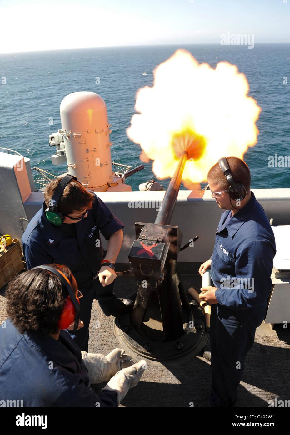 Gunner's Mates essai au feu la plate-canons le USS Nimitz. Photo Stock