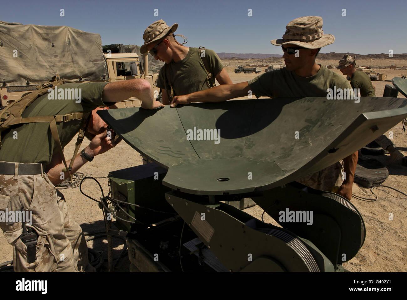 Les Marines américains monter un grand réseau de soutien antenne satellite. Photo Stock